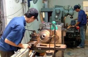 Giá trị sản xuất công nghiệp 5 tháng đầu năm 2009 tăng trưởng thấp hơn so với cùng kỳ năm 2008. - Trong ảnh: Một góc phân xưởng sản xuất của Công ty cơ khí Đông Hải (CCN Quang Trung - Quy Nhơn). Ảnh: N.T