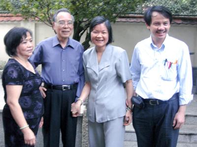 BS Tỵ chụp hình lưu niệm với gia đình nguyên Thủ tướng.