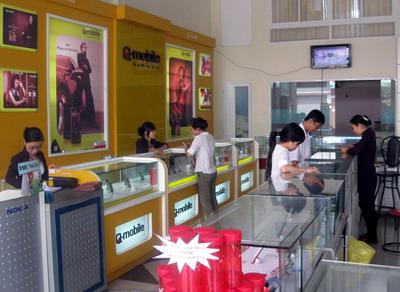 Khách hàng chọn mua điện thoại di động tại Trung tâm bán lẻ điện thoại di động Tiến Mỹ Fone trên đường Nguyễn Thái Học (TP Quy Nhơn). Ảnh: N.T