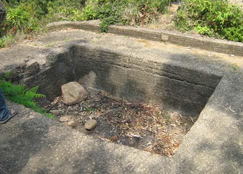 Hồ nhỏ phía trước ngôi mộ cổ. Ảnh: Minh Thảo.