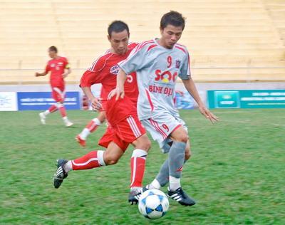 Nếu được huấn luyện bài bản và căn cơ hơn, thì việc SQC Bình Định (phải) lên chơi ở V-League không vật vã như 2 mùa giải vừa qua. Ảnh: Văn Lưu