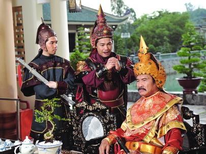 Anh cả Nguyễn Nhạc (người ngồi) quá già so với hai em Nguyễn Lữ, Nguyễn Huệ