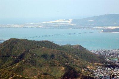Ảnh chụp từ ngọn núi có đài ra đa nhìn được toàn cảnh Quy Nhơn. Xa xa là chiếc cầu vượt biển từ Quy Nhơn đi bán đảo Phương Mai