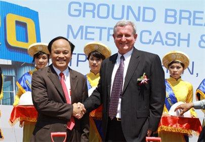 Ông Randy Guttery (phải), Tổng giám đốc Metro Cash & Carry Việt Nam và  ông Nguyễn Văn Thiện, Chủ tịch UBND tỉnh Bình Định- Ảnh: Minh Thuận