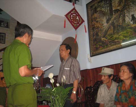 """Công an tỉnh Bình Định đọc quyết định khởi tố ông Kiệt về tội """"Làm trái quy định của nhà nước về quản lý kinh tế gây hậu quả nghiêm trọng"""" tại nhà riêng vào tháng 4/2009"""