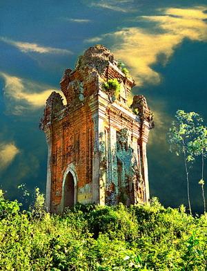 Tháp Cánh Tiên (ở huyện An Nhơn) được xây dựng ngay ở trung tâm thành Đồ Bàn (nay thuộc xã Nhơn Hậu, huyện An Sơn, tỉnh Bình Định). Là một trong những tháp đơn còn lại đẹp nhất của nghệ thuật kiến trúc đền tháp Champa.