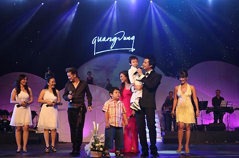 """Liveshow """"Ngày nữa để yêu thương"""" của ca sĩ Quang Dũng diễn ra tại nhà hát Quang Trung, thành phố Quy Nhơn tối 15/5. Khán giả vùng biển và bạn bè từ TP HCM đã góp mặt để chia sẻ cảm xúc cùng anh trong đêm nhạc riêng đầu tiên hát ở quê nhà."""