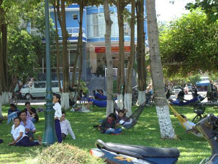 Người dân TP Quy Nhơn đổ xô ra công viên trốn nóng