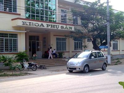 Taxi của Công ty TNHH Taxi Minh Trung đang đón khách trong khuôn viên BVĐK tỉnh. Ảnh: M.T