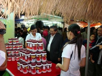 hách hàng chọn mua trà túi lọc Tiến Phát tại một Hội chợ Xuân tổ chức ở Quy Nhơn. Ảnh: Khôi Nguyên