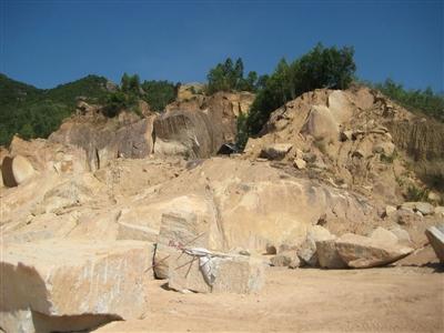 Tan hoang mỏ đá granite vàng quý hiếm. Ảnh: V.H .