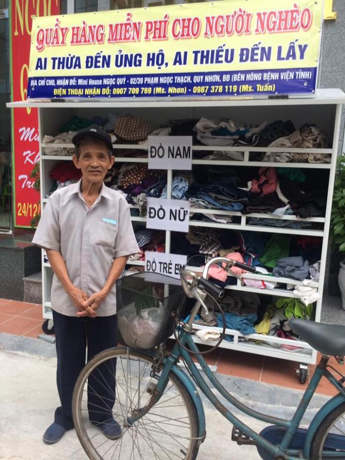 Cụ ông mang sổ chứng nhận hộ nghèo đến quầy hàng từ thiện vì sợ không được nhận đồ. (Ảnh: Facebook)